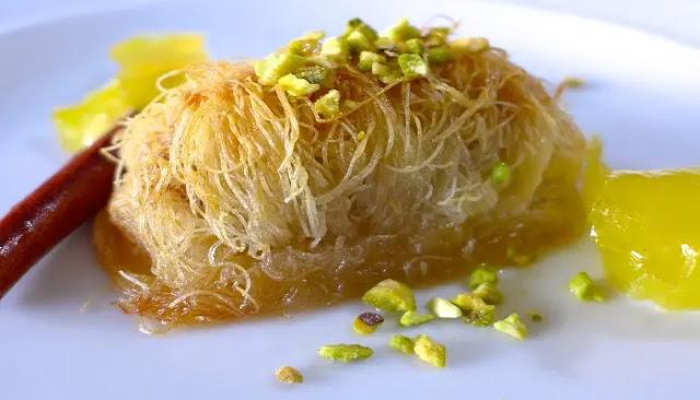 Knafeh del Medio Oriente con jarabe de azahar