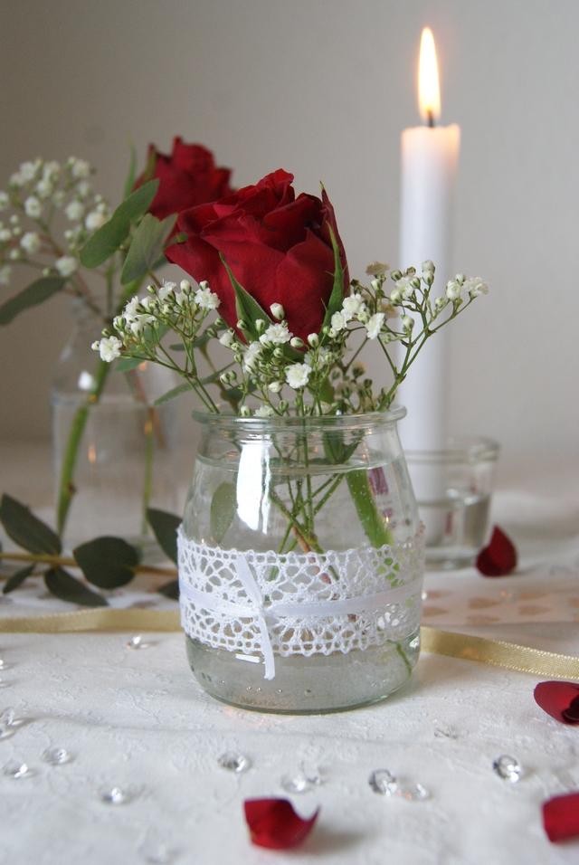 Hochzeitstischdekoration aus Joghurtgläsern mit Spitze