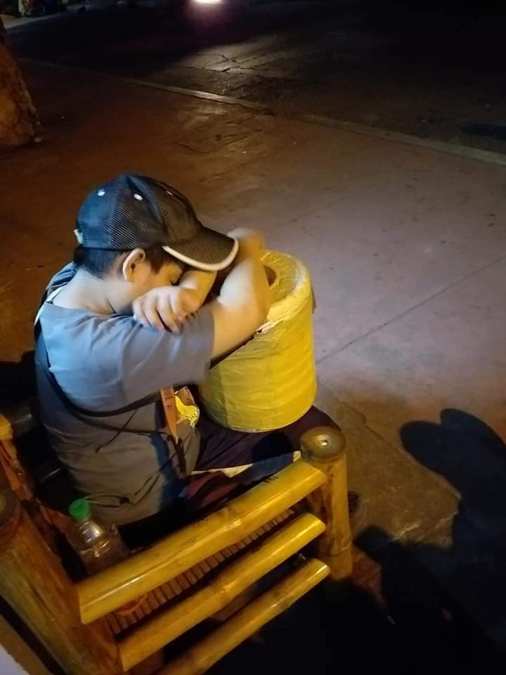 Tired boy sells balut for 'baon' even at dawn, breaks netizens' hearts