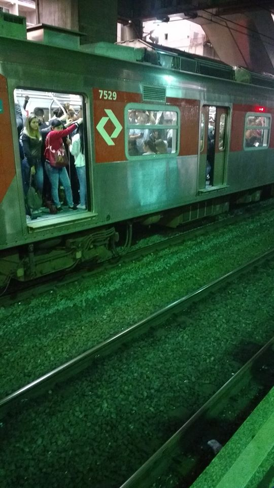 Trem da CPTM com portas abertas do lado errado na estação Brás