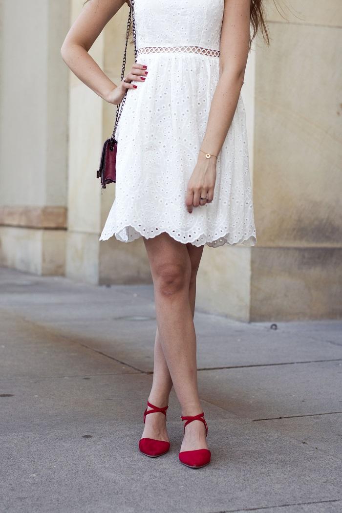 Na dwa sposoby: biała sukienka w eleganckiej stylizacji