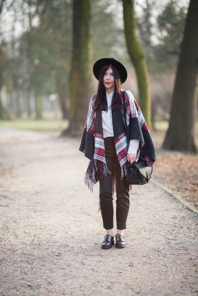 Ponczo w kratę | biała koszula | blogerka | krata | frędzle | kapelusz | stylizacja boho