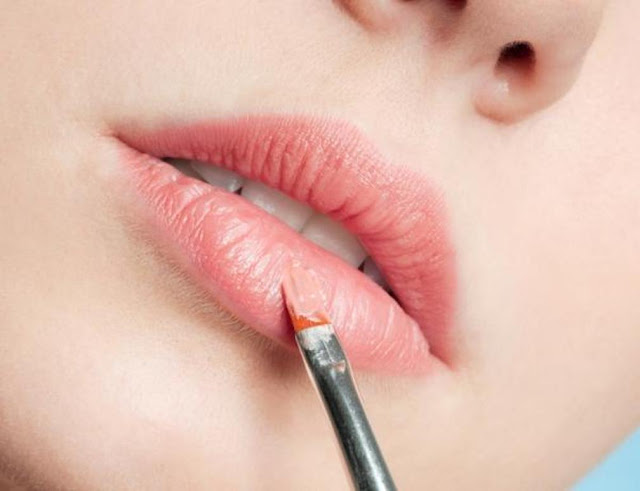 How to hide thick lips