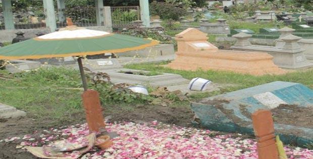Makna dan Faktor Mengapa Kendi Diletakan di Atas Makam