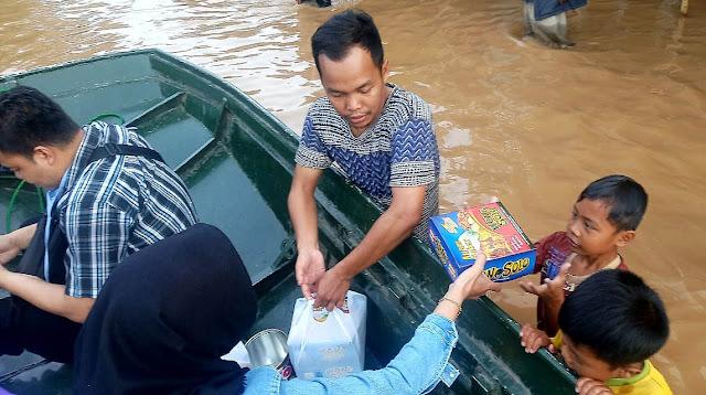 Puluhan Outletnya Tutup Karena Terendam Banjir. Wong Solo Group Pilih Sebar Bantuan ke Para Korban