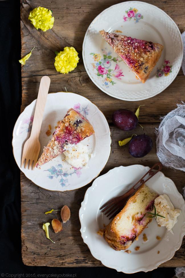waniliowe ciasto ucierane ze śliwkami i płatkami owsianymi