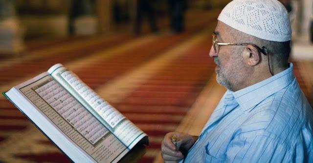 Enak Sambil Berbaring, Memangnya Boleh Baca Al-Qur`an Sambil Tiduran?
