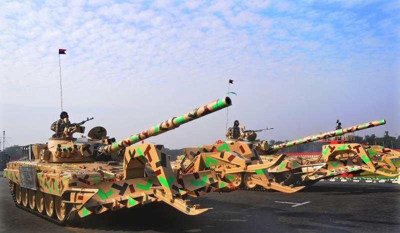 Танки Т-72 з інженерним обладнанням на параді. Фото Wikimedia Commons