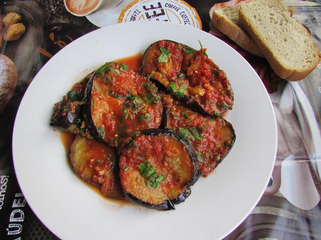 bakłażany duszone z masłem w sosie pomidorowym