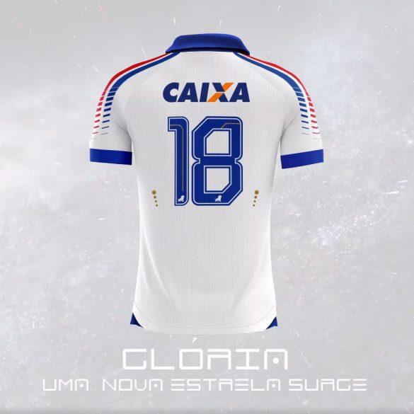 b0e637b3e8 A camisa reserva do Fortaleza Esporte Clube para a temporada é  predominantemente branca e traz gola polo na cor azul com a parte frontal  cavada.