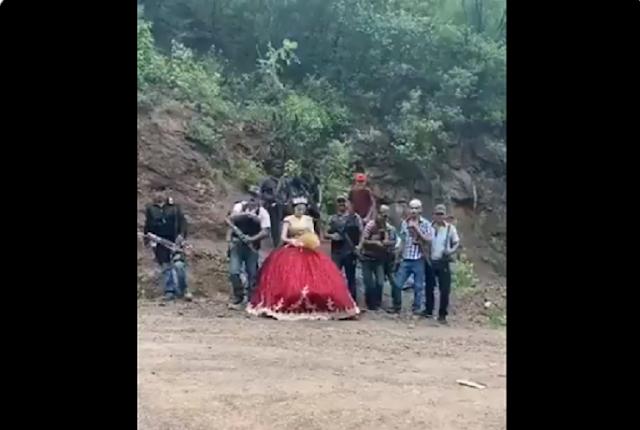 """VIDEO.-  """"Quinceañera de Sicarios""""  a falta de chambelanes Sicarios bien armados posan felices para la foto del recuerdo"""