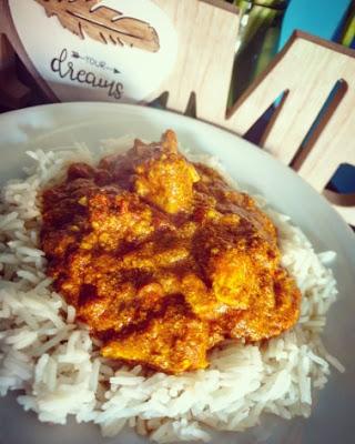 Kurczak w aksamitnym sosie jogurtowym w stylu indyjskim