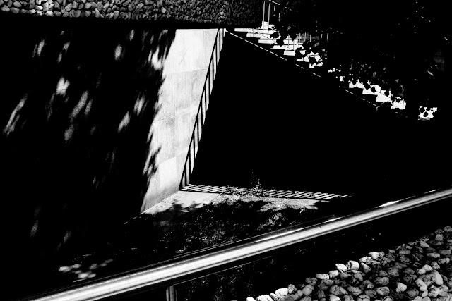 Fotografia odklejona. Czarno-biała fotografia. Kompozycja suprematyczna. Abstrakcja. fot. Łukasz Cyrus, Ruda Śląska.