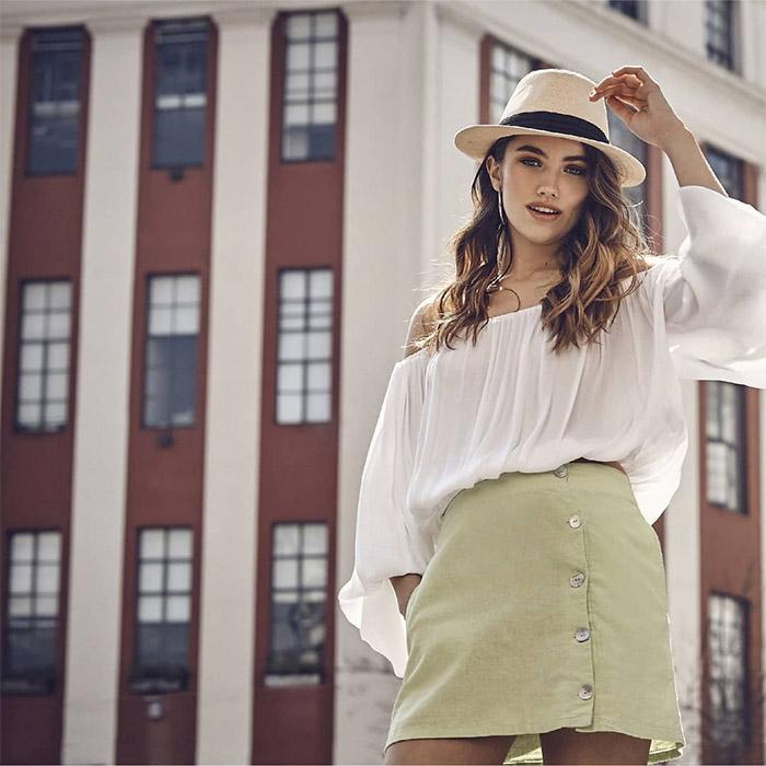 Moda verano 2020 blusas con hombros descubiertos y minifaldas con botones a la vista.