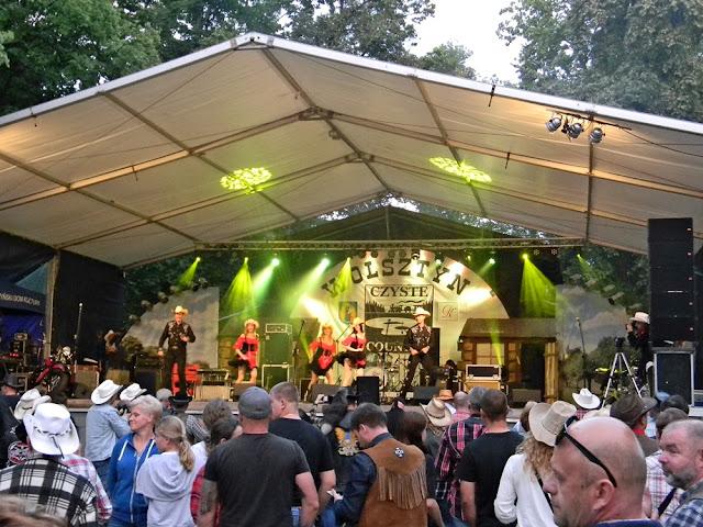 taniec country w wykonaniu dziewcząt podczas festiwalu w Wolsztynie