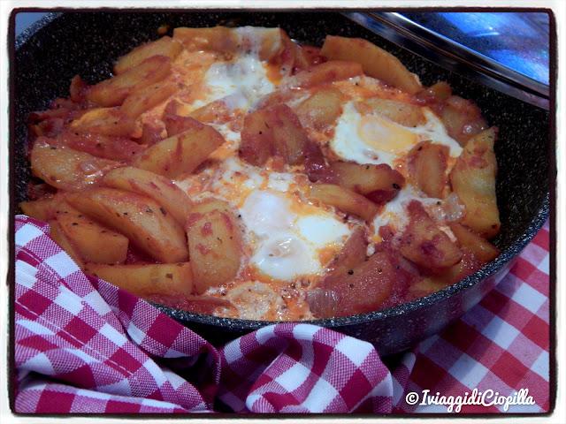 Patate in umido con pomodoro e uova