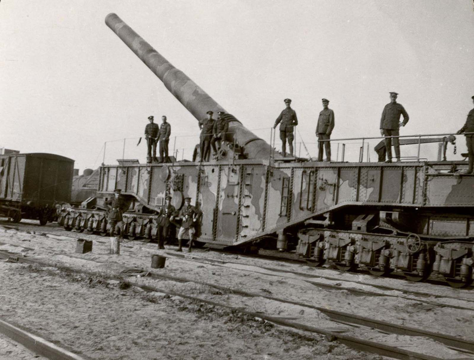 A 16-inch gun which was used on the Hindenburg Line in France. 1918.