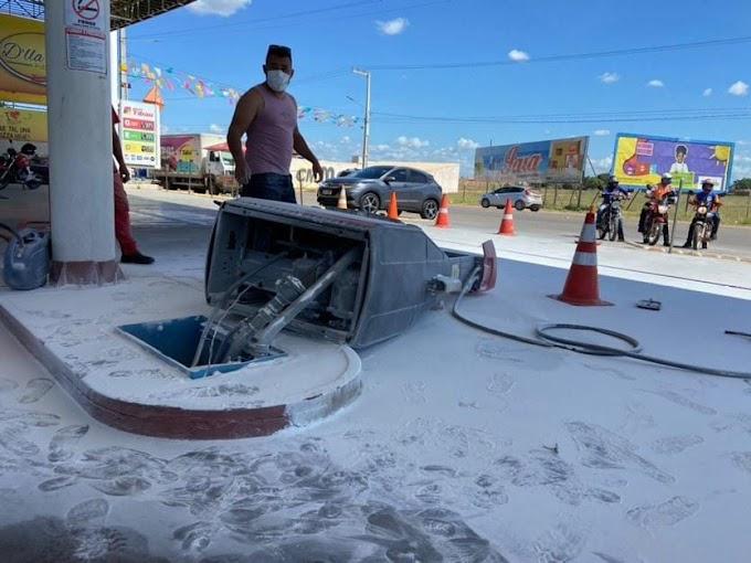 Motorista arranca com mangueira presa ao tanque e causa incêndio em posto de combustível em Tibau