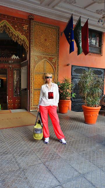 Изображение туристки у входа в отель Moroссan House Hotel, Касабланка