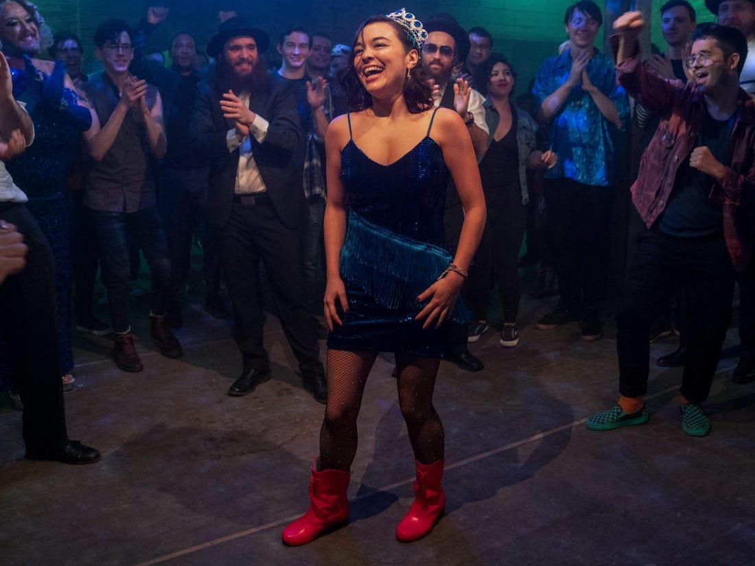 Lily supera el reto de Dash bailando en una fiesta