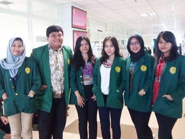 Mahasiswa menggunakan Almamater warna hijau