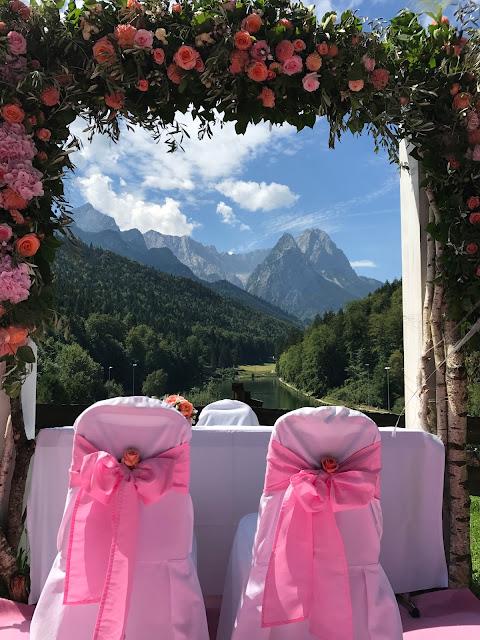 Trauung unter freiem Himmel, Happy colors summer wedding lake-side in the Bavarian mountains, fröhliche Sommerfarbenhochzeit am Riessersee in Garmisch-Partenkirchen, Bayern