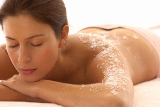Sạch thâm trị mụn cho mặt lẫn cơ thể chỉ với muối