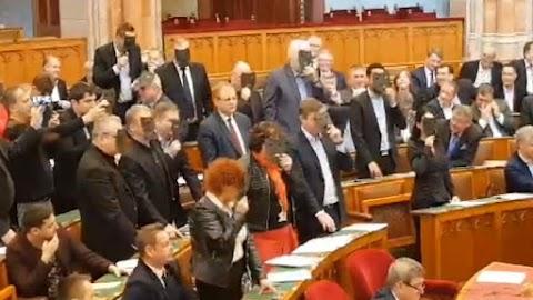 Fekete maszkos képviselők az országgyűlésben: elfogadták a kulturális törvényt – videó