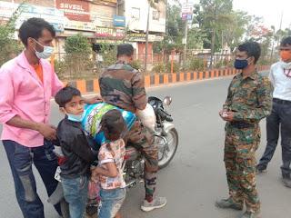 बच्चों के साथ भीख मांगते पिता की व्यथा सुनने पर पुलिसवालों ने दिलवाया राशन