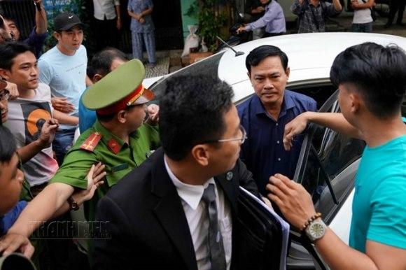 Tòa án xét xử Nguyễn Hữu Linh tội dâm ô 4
