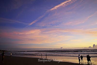 Langit di Pantai Batu Belig yang memerah - Backpacker Manyar