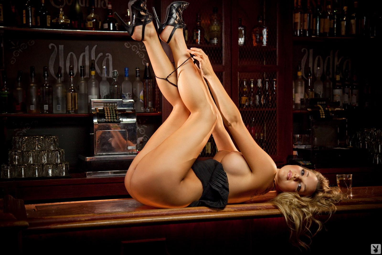 Фото лесбиянок блондинок у барной стойки