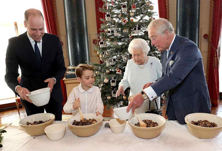 A rainha e os príncipes herdeiros preparam o pudding familiar tradicional.