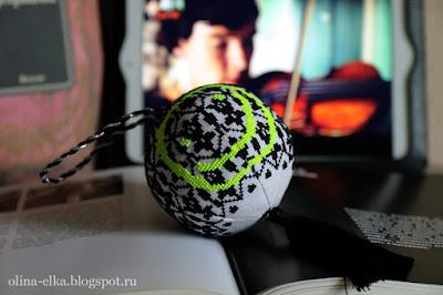 Вышитый елочный шар по мотивам Шерлока
