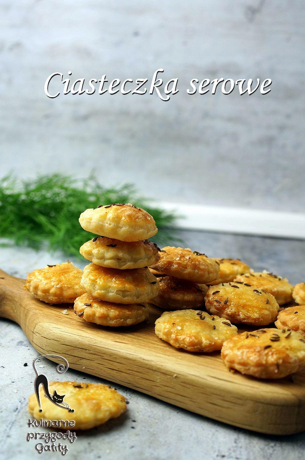 okragle-ciasteczka-na-drewnianej-desce