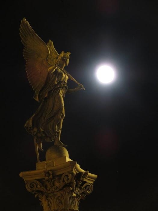 Một bức tượng đang ngắm ánh Mặt Trăng rạng rỡ trên bầu trời Prague, Cộng hòa Czech. Hình ảnh: Raymond Johnston.