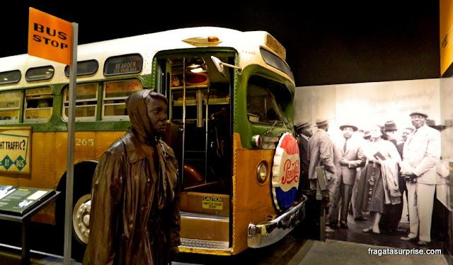Instalação no Museu Nacional dos Direitos Civis lembra o boicote aos ônibus de Montgomery, Alabama, ente 1955 e 1956