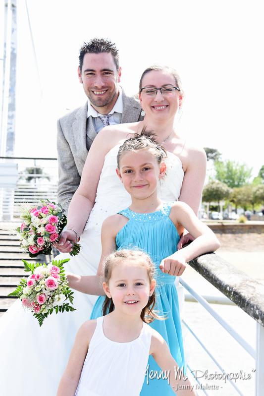 photo en famille, mariés avec enfants sur ponton en bois