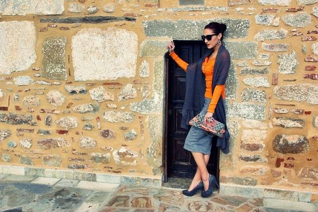 siva pletena suknja sivi pleteni dugi sal sive cipele