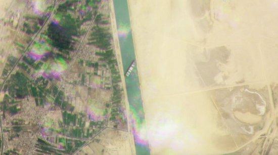 Un primo piano relativo della nave container Ever Given bloccata nel canale di Suez, catturato da uno dei cubesat Dove di Planet il 24 marzo 2021.