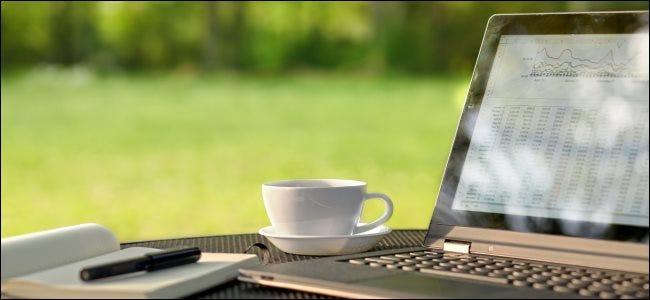 كمبيوتر محمول في الهواء الطلق في يوم مشمس مع وهج على الشاشة.