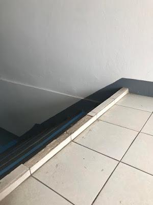 Schlecht gebaute Treppe mit Stolperfalle