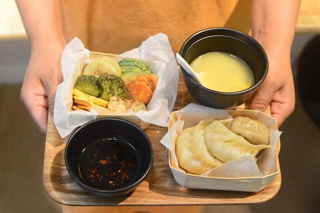 """Theo trang Tibet Vista, người Tây Tạng không thường trò chuyện trong khi ăn uống. Họ không nói nhiều và cũng nhai, nuốt và uống một cách im lặng. Vì vậy, bạn hãy cố gắng nhai chậm rãi, không tạo tiếng động khi nhai cũng như húp nước canh, nước súp to tiếng. Bên cạnh đó, bạn cũng nên ăn từng miếng nhỏ và đừng """"nhồi"""" quá nhiều thức ăn vào miệng."""
