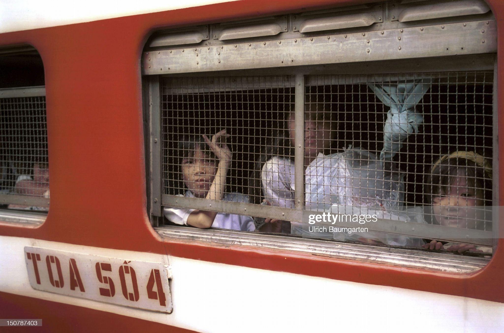 Gánh mì Quảng vỉa hè, xe Honda Cub, xe đạp, tàu hỏa ở Đà Nẵng thập niên 90