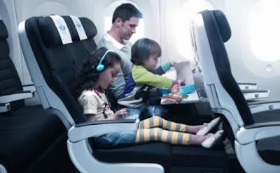 ما هو سبب وجود الثقب الصغير أسفل نافذة الطائرة عائلة تركب طائرة family ride an airplane plane father kids