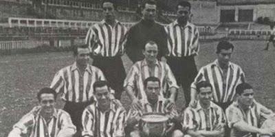 Sejarah Athletic Bilbao           Sepakbola diperkenalkan ke daerah Bilbao oleh dua kelompok yakni kelompok pekerja dari Inggris dan kelompok mahasiswa Spanyol yang baru selesai menimba ilmu di Inggris. Awal tahun 1890-an para pekerja lebih dulu membentuk sebuah klub sepakbola yaitu Bilbao Football Club, kemudian tahun 1898 kelompok mahasiswa mendirikan klub sepakbola dengan nama Athletic Club. Tahun 1902 dua Bilbao klub membentuk tim gabungan yang dikenal dengan nama klub Vizcaya dan setahun kemudian berhasil meraih gelar Copa del Rey pertama, saat itu klub juga setuju untuk mengubah namanya menjadi Athletic Club. Tahun 1904 Bilbao menjuarai lagi Copa del Rey setelah Español de Madrid tidak hadir di laga final. Setelah jeda singkat, Bilbao kembali mengembalikan tradisi juara di ajang Copa del Rey di tahun 1910 dan 1911 dan memenangkannya lagi tiga kali berturut-turut dari tahun 1914 sampai tahun 1916. Bintang Bilbao saat itu adalah Pichichi, seorang pencetak gol yang sangat produktif (untuk menghormati sang legenda tersebut, pemberian gelar top skor di La Liga disebut dengan nama Pichichi).  Tahun 1921, Bilbao kedatangan pelatih baru dari Racing Santander, Fred Pentland, tiga tahun kemudian beliau membawa Bilbao meraih juara di Copa del Rey. Tahun 1927 Fred