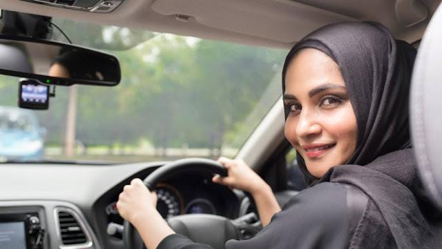 Tips Berkendara Dengan Aman Untuk Para Wanita Menurut Rental Mobil Al-Hikmah