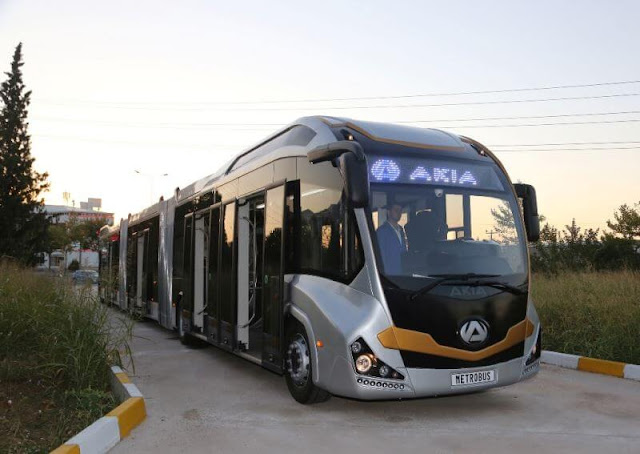 باصات كبيرة تصل إلى 300 راكب في عملية النقل الواحدة بطول 25 متر مكونة من ثلاث مقطورات كل مقطورة 100 راكب