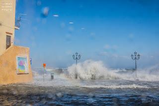 Tramontana a Ischia, mareggiata Ischia Ponte, Vento forte a Ischia, Castello Aragonese Ischia, Piazzale Ischia Ponte Allagato, acqua alta a Ischia, piazzale delle alghe allagato,