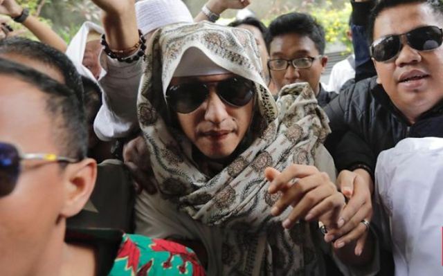 "Jakarta, CNN Indonesia -- Terpidana kasus penganiayaan anak Habib Bahar bin Smith meluruskan isu dirinya dipukuli oleh petugas lembaga lembaga pemasyarakatan Nusakambangan dan rambutnya dipotong usai ditangkap kembali pada Selasa (19/5).  Hal tersebut disampaikan Bahar dalam sebuah video yang beredar di media sosial dan dikonfirmasi oleh pengacaranya, Aziz Yanuar, Senin (25/5).  ""Ya, video itu benar,"" kata Aziz saat dikonfirmasi CNNIndonesia.com. Lihat juga: Ormas: Asimilasi Bahar Smith Batal Bentuk Arogansi Kekuasaan  Dalam video itu, Bahar menyampaikan bahwa dirinya dalam keadaan sehat sejak ditangkap dan dibawa ke Lembaga Pemasyarakatan (Lapas) Kelas III Gunung Sindur, Bogor, Jawa Barat kemudian dipindahkan ke Lapas Kelas I Batu Nusakambangan, Cilacap, Jawa Tengah hingga saat ini.   Bahar menyatakan petugas lapas memperlakukan dirinya dengan baik, serta sesuai dengan standar operasional prosedur atau (SOP). Dia memastikan tidak ada insiden pemukulan yang dialami hingga menyebabkan dirinya terluka.  ""Tidak ada seperti ada kabar di luar sana bahwa saya dipukuli, saya bonyok-bonyok, saya diginiin, tidak ada itu,"" kata Bahar.  Bahar mengatakan keluarganya mengetahui bahwa dirinya akan melakukan perlawanan bila tindak pemukulan tersebut benar-benar terjadi. Bahar pun mengibaratkan dirinya seperti bola karet yang tidak bisa menunduk bila mendapatkan tekanan. Bahar bin Smith Buka Suara Soal Isu Dipukuli dan Cukur Rambut  ""Saya ini orangnya seperti bola karet, semakin dipencet, semakin ditekan, bukan semakin menunduk, tapi semakin saya jadi,"" katanya. Lihat juga: Penangkapan Bahar Smith dan Rencana Geruduk Kemenkumham  Bahar memastikan seluruh petugas lapas bersikap baik dan berbicara dengan lembut selama ini. Dia mengaku membalas perlakuan yang positif dari para petugas lapas itu dengan bersikap lebih baik.  ""Petugas baik semua kepada saya, tidak ada memukul, semua bicara baik, bicara bagus, bicara lembut. Saya sebagai warga binaan yang baik ketika petugas baik kepada s"